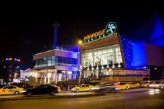 Einkaufszentrumfassade nachts Stockbild
