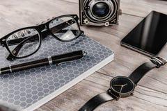 Einklebebuch, Tasse Kaffee, unbelegtes Papier, Markierung und Papierklammern auf hölzernem Büroschreibtisch, Abbildung Lizenzfreie Stockfotos