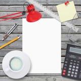 Einklebebuch, Tasse Kaffee, unbelegtes Papier, Markierung und Papierklammern auf hölzernem Büroschreibtisch, Abbildung Kanzleramt Stockfoto