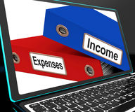 Einkommens-und Ausgaben-Dateien auf der Laptop-Show-Haushaltsplanung Stockfotos
