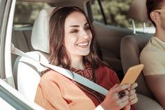 Einkommensmitteilung der weiblichen Person des Positivs begeisterte Lese lizenzfreie stockfotos