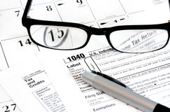 Einkommenssteuererklärung-Formular, Kalender, Gläser Stockbilder