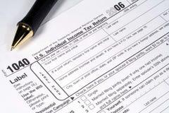 Einkommenssteuererklärung und Feder Lizenzfreies Stockfoto