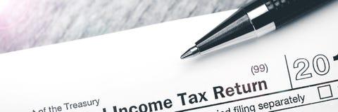 Einkommenssteuererklärungs-Form mit Stift lizenzfreie stockfotos