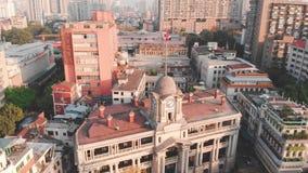 Einkreisen des Gebäudes mit der Turmuhr Auf dem Kirchturm hängt eine chinesische Flagge stock footage