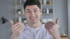 Einladende Geste durch jungen Mann stock video