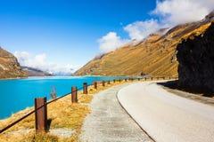 Einladende Straße mit erstaunlichem blauem See auf der Seite lizenzfreie stockfotografie