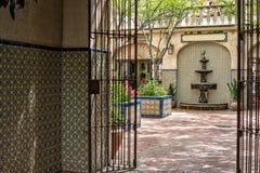 Einladender Durchgang, Tlaquepaque in Sedona, Arizona Lizenzfreie Stockfotos