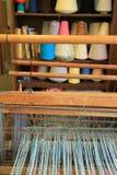 Einladendes Bild des Webstuhls und bunte Threads des Anfanges projektieren, Volksschule Adirondack, See Luzerne, 2015 Lizenzfreies Stockbild