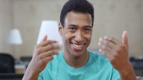Einladung, bietend an, sich junger schwarzer Mann-Geste anzuschließen stock video footage