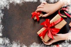 Einladung des neuen Jahres Ein Kasten mit Geschenken in den Händen des Kindes stockbilder