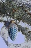 Einladung des neuen Jahres Ein Spielzeug auf einem Pelzbaum mit Porzellan Santa Claus und Tannenbaum Lizenzfreie Stockfotos