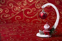 Einladung des neuen Jahres Weihnachtsbild mit einem Spielzeug Santa Claus und ein Weihnachtsbaum spielen Lizenzfreie Stockfotos