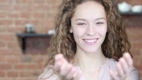 Einladung, Einladungs-Geste durch die Frau, Innen, jung, stock footage