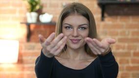 Einladung, Einladungs-Geste durch junges Mädchen, Porträt stock video footage