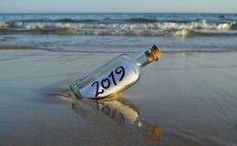 Einladung für eine Partei am Jahresende 2019 auf dem Strand stockfotografie