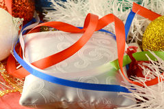 Einladungskarte des neuen Jahres, Weihnachtskarte mit roten Bändern Lizenzfreies Stockbild