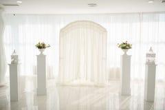 Einladungskarte mit Perlendekoration und Rosen Boutonniere auf weißem Hintergrund Stockfotografie