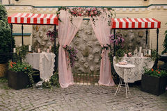 Einladungskarte mit Perlendekoration und Rosen Boutonniere auf weißem Hintergrund Stockbild