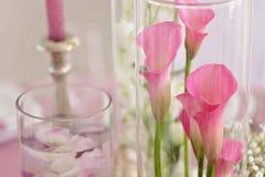 Einladungskarte mit Perlendekoration und Rosen Boutonniere auf weißem Hintergrund Blume, Kerze und Glas Lizenzfreies Stockbild