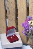 Einladungskarte mit Perlendekoration und Rosen Boutonniere auf weißem Hintergrund Eheringe in einem Kasten, Lüge auf der Gewebeob Stockfotos