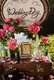 Einladungskarte mit Perlendekoration und Rosen Boutonniere auf weißem Hintergrund Hölzerne Plakette mit der Aufschrift Stockbild