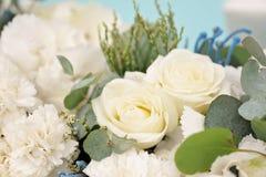 Einladungskarte mit Perlendekoration und Rosen Boutonniere auf weißem Hintergrund Schöne Blumen im Blumenstrauß, Nahaufnahme Lizenzfreie Stockfotos