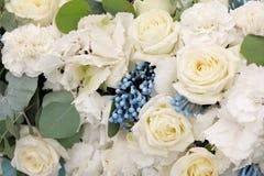 Einladungskarte mit Perlendekoration und Rosen Boutonniere auf weißem Hintergrund Schöne Blumen im Blumenstrauß, Nahaufnahme Lizenzfreies Stockbild