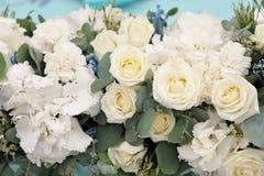 Einladungskarte mit Perlendekoration und Rosen Boutonniere auf weißem Hintergrund Schöne Blumen im Blumenstrauß, Nahaufnahme Stockbild