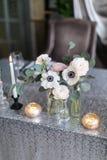 Einladungskarte mit Perlendekoration und Rosen Boutonniere auf weißem Hintergrund Wedding Innenraum Festlicher Dekor Die Burningk Stockbilder