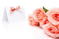 Einladungskarte und -rosen lizenzfreies stockbild