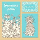 Einladungskarten für eine Partei in der hawaiischen Art mit von Hand gezeichneten Blumen, Palmen und Ananas stockfotos