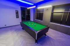 Einlegen Sie Pool-Billardraum, grüne Tabelle mit ganzem Satz Bällen in einem modernen Raum mit Neonlichtern her Stockbild