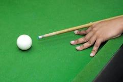 Einlegen Sie Spieler mit dem Billardstock her, der bereit ist, weißen Ball mit selektivem Fokus zu schlagen Stockfotos