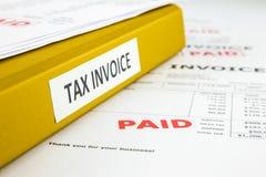 Einnahme, Steuer-Rechnung und Rechnungen lizenzfreies stockfoto