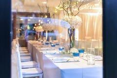 Einrichtung und Dekorationen für das Speisen im Hochzeitstag Stockfotos