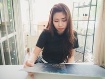 Einrichtungslebensmittel der jungen Frau Lizenzfreie Stockfotos