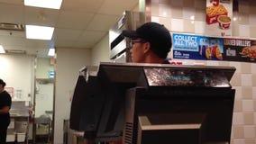 Einrichtungslebensmittel der Leute innerhalb KFC-Speichers stock footage