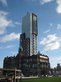 Eins der hohen Glasgebäude nahe dem Hauptbahnhof in Rotterdam, die Niederlande stockfotos