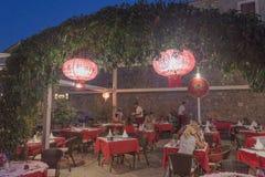Eins der vielen Restaurants in Budva ist ein chinesisches Restaurant cal Lizenzfreie Stockfotos