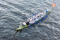 Eins der zwei Boote mit Drachekopf Lizenzfreie Stockfotografie