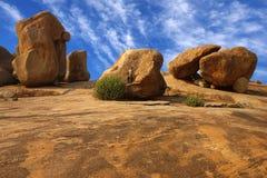 Einsam die Frau auf einem Felsen in Hampi. Stockbilder