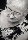 Einsame ältere Frau stockfotografie