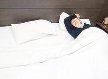 Einsame ältere Frau, die im Bett schläft Stockfoto