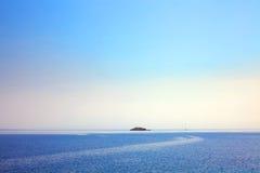 Einsame adriatische Insel im Abstand Lizenzfreie Stockfotos