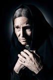 Einsame alte Frau beklagen herein und Sorge Lizenzfreie Stockfotos