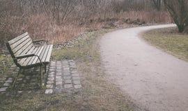 Einsame alte Holzbank in einem Park Lizenzfreies Stockbild