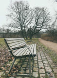 Einsame alte Holzbank im Freien Lizenzfreies Stockbild