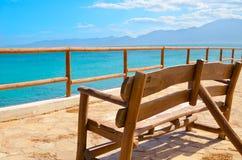Einsame Bank auf einer Betrachtungsplattform mit Ansichten des Meeres und Lizenzfreies Stockbild