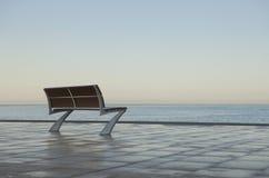 Einsame Bank durch das Meer lizenzfreie stockfotos